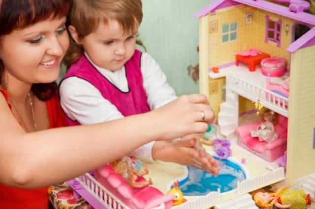 Casa delle bambole in cartone fai da te: il progetto per realizzarla | Foto