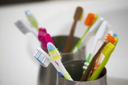 Spazzolino da denti: 10 idee curiose per riciclarlo. È perfetto per le pulizie di casa
