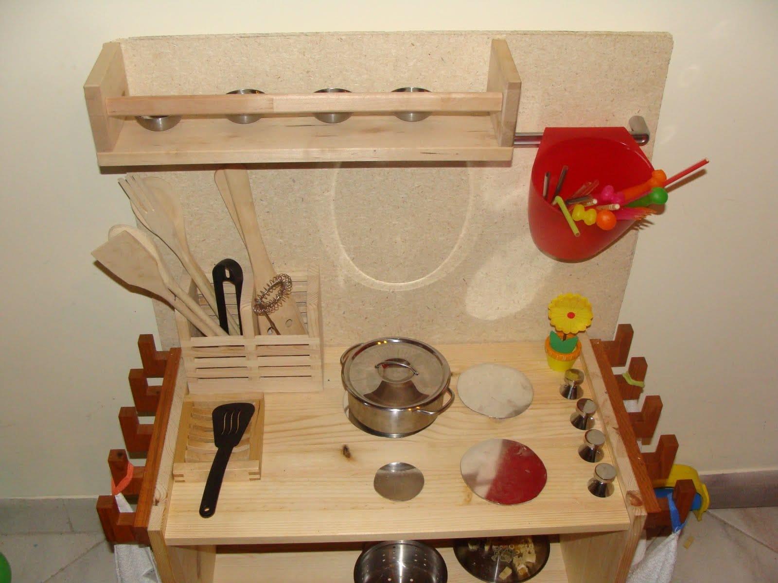 Come costruire una cucina in legno per bambini low cost for Costruire uno scuro in legno
