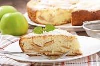 La ricetta per preparare una deliziosa torta di mele con lo yogurt e senza il burro