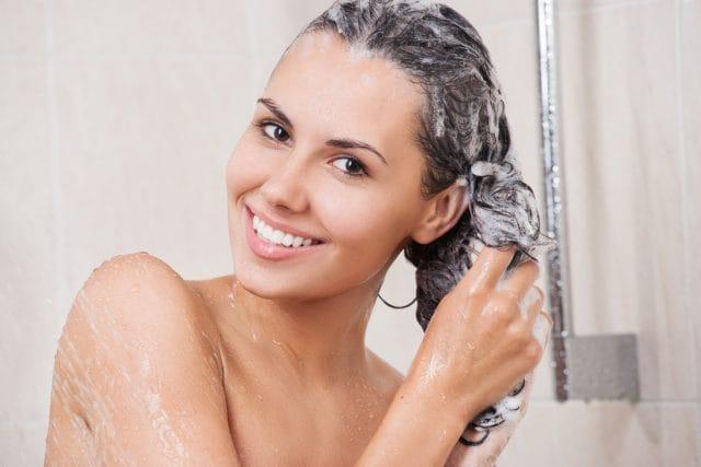 Shampoo naturale e fatto in casa. Dal bicarbonato al miele, fino alla salvia