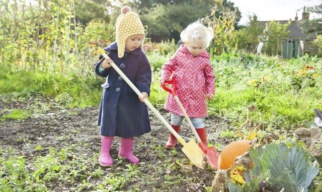 bambini coltivano l'orto