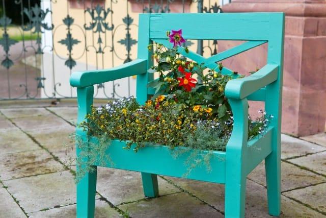 Come riutilizzare le vecchie sedie con fantasia e creatività: diventano fioriere e cornici (foto)