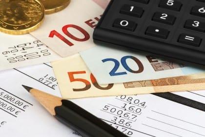 Conti correnti, nuovo boom delle spese. I consigli per difendersi e per tagliare i costi delle banche