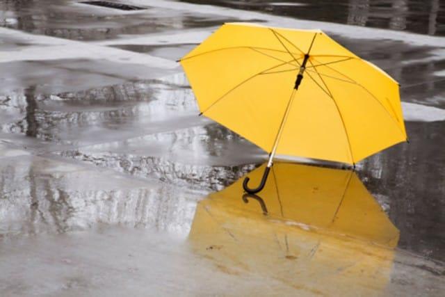 Riciclo creativo: come trasformare un vecchio ombrello in una originale borsa fai da te | Foto