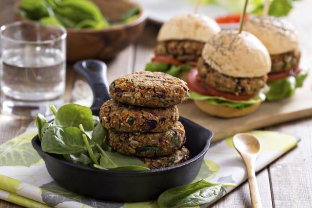 Burger vegetali, le migliori ricette. Dalla quinoa alle lenticchie e alla barbabietola