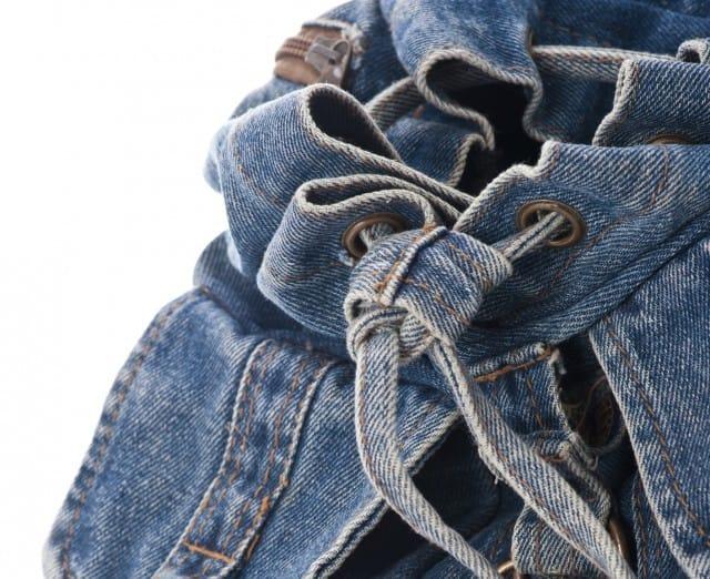 Vecchi jeans fuori uso, così diventano una borsa elegante a costo zero (foto)