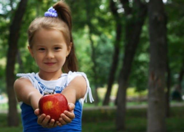 Come insegnare la gentilezza ai bambini attraverso il gioco e l'esempio