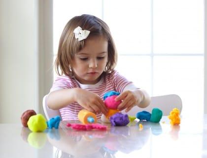 Attività per bambini a costo zero: Giocare con la plastilina