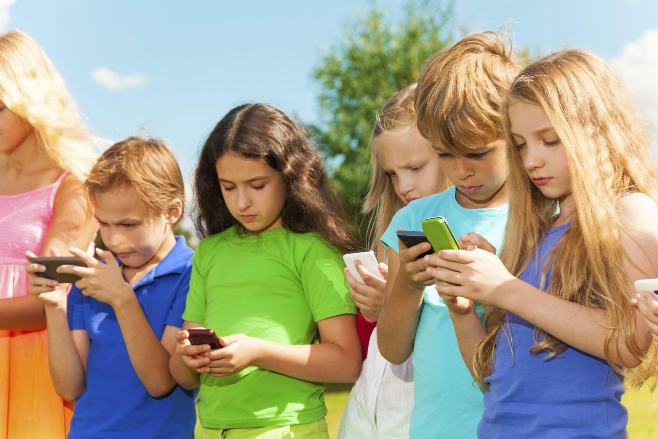 Risultati immagini per bambini con il telefono
