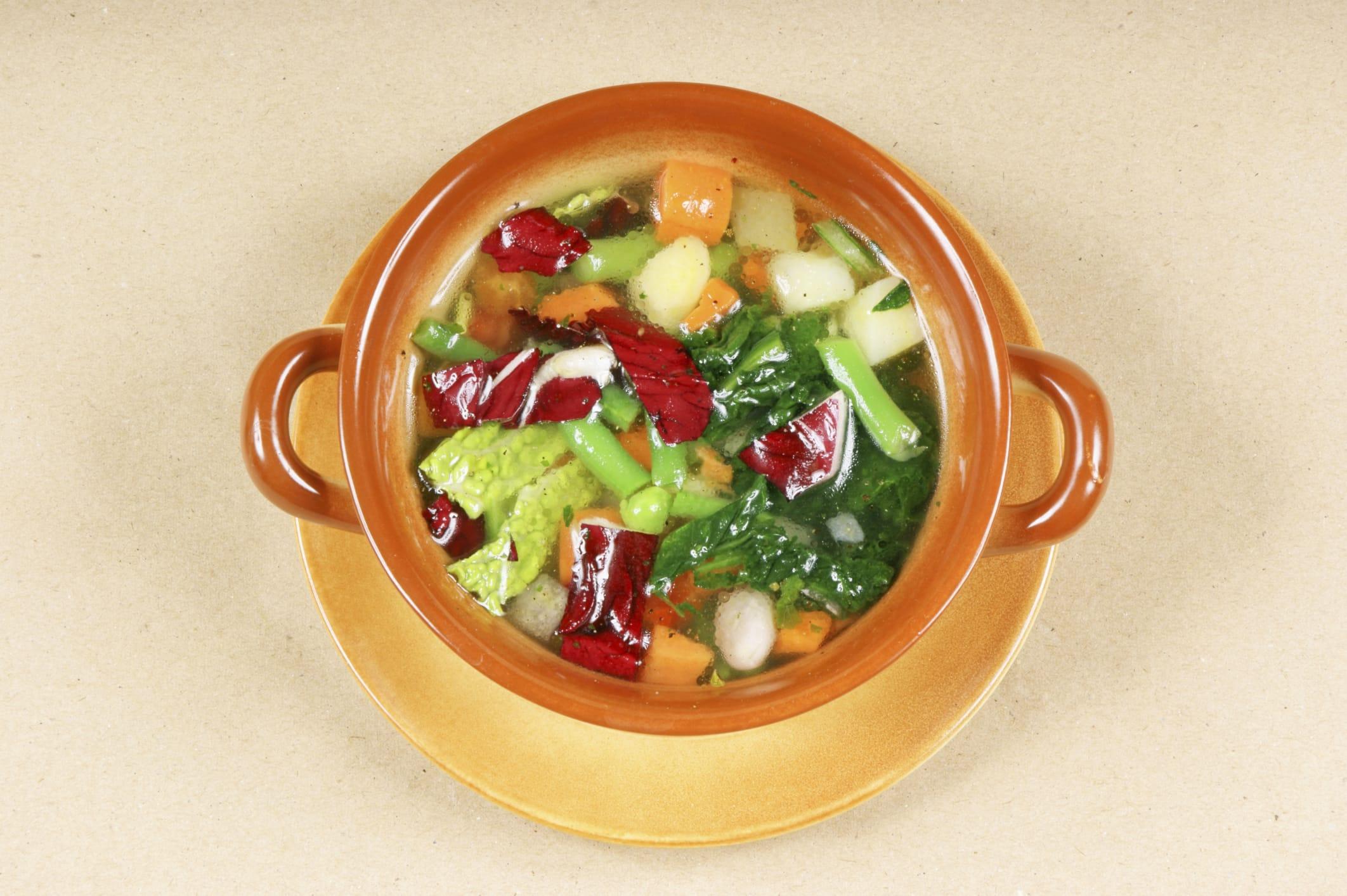 La ricetta per preparare una minestra di patate con cicoria catalogna