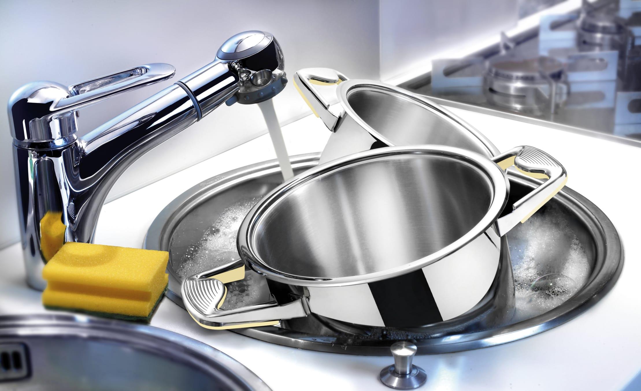 Come ridurre il consumo di acqua ed evitare gli sprechi durante il lavaggio dei piatti