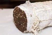 Salame di cioccolato, la ricetta che recupera alcuni avanzi tra cui il pane raffermo