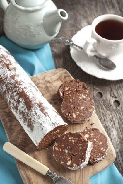 La ricetta del salame al cioccolato con il pane avanzato e i residui della preparazione del latte di mandorla