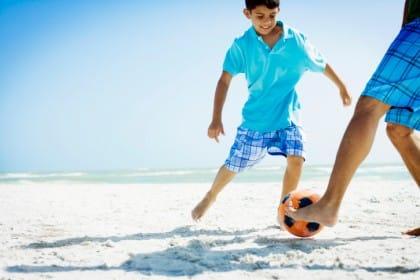esercizi da fare in spiaggia per mantenersi in forma: giocare a calcio