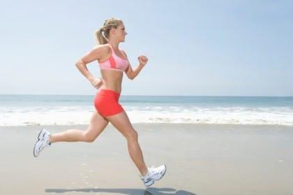 esercizi da fare in spiaggia per mantenersi in forma: correre