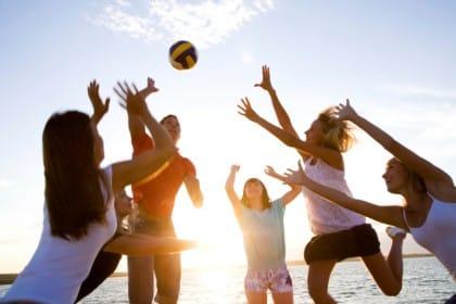Esercizi da fare in spiaggia per mantenersi in forma: beach volley