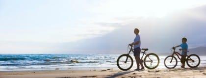 Esercizi da fare in spiaggia per mantenersi in forma: bicicletta