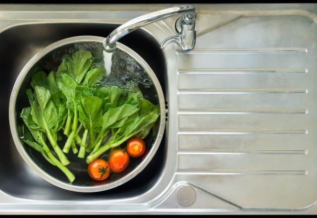 Come lavare ed igienizzare bene la frutta e la verdura in maniera naturale