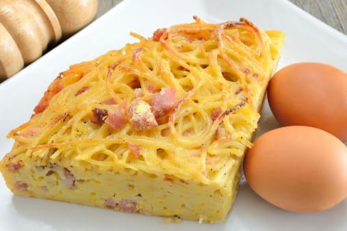 ricetta frittata di pasta avanzata semplice - non sprecare - Pasta Veloce Da Cucinare