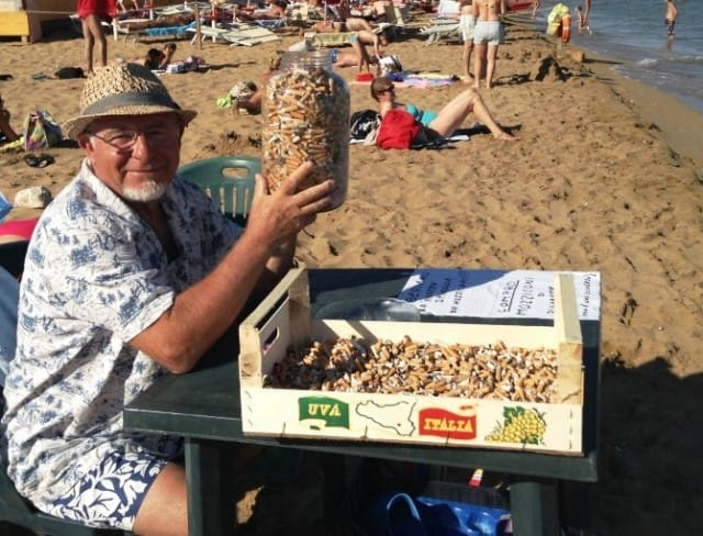 La bella iniziativa di un pensionato siciliano per liberare la spiaggia dai mozziconi di sigaretta