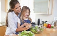 Coinvolgere i piccoli nella preparazione delle verdure li renderà poi più motivati nell'assaggiarle.