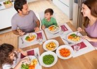 Pranzare o cenare insieme ai genitori permette ai piccoli di seguire il buon esempio e imparare ad assaporare le verdure