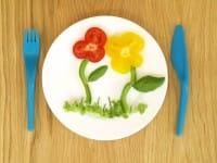 Un curioso piatto creativo realizzato con le verdure per convincere i piccoli a mangiare cibi sani