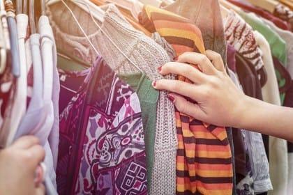 Vestiti e indumenti usati, come venderli. Ai mercatini, ad aziende specializzate, sul web