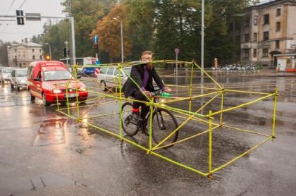 Protesta ciclisti a Riga in Lettonia per chiedere maggiore spazio e sicurezza sulle strade