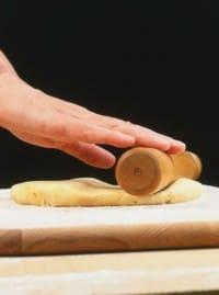 Stendere la pastafrolla senza burro con il mattarello dello spessore di 1/2 cm