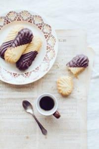 Biscotti di pasta frolla senza burro ricoperti di cioccolata