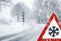 Come guidare in maniera sicura in caso di pioggia, nebbia, neve e ghiaccio sulle strade