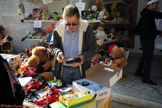 Guido, il pensionato di Roma che ripara i giocattoli da donare ai bambini poveri