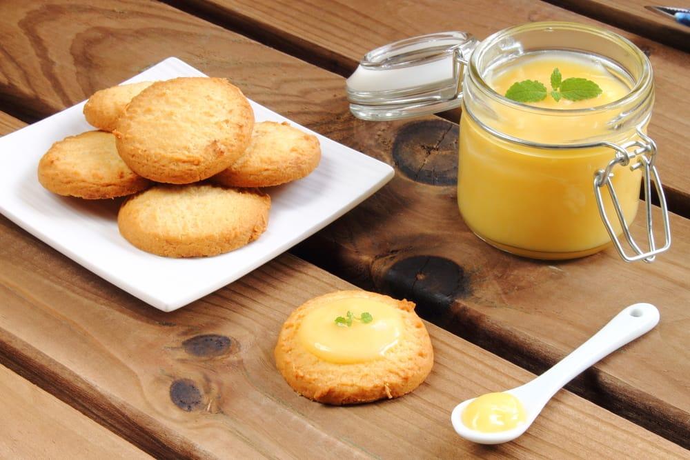 Бисквити во тава со лимон