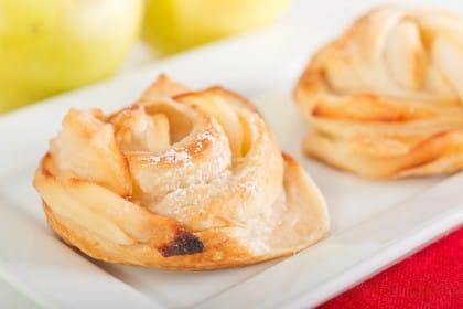 Particolare delle rose di mele e pasta sfoglia