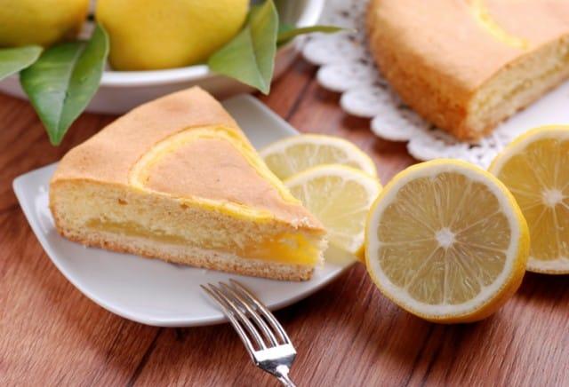 Una fetta di torta al limone