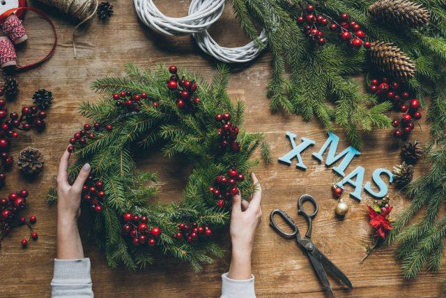 Ghirlanda di natale fai da te non sprecare - Addobbi natalizi da giardino ...