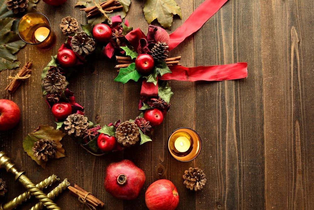 Ghirlanda di natale fai da te non sprecare - Corone natalizie da appendere alla porta ...