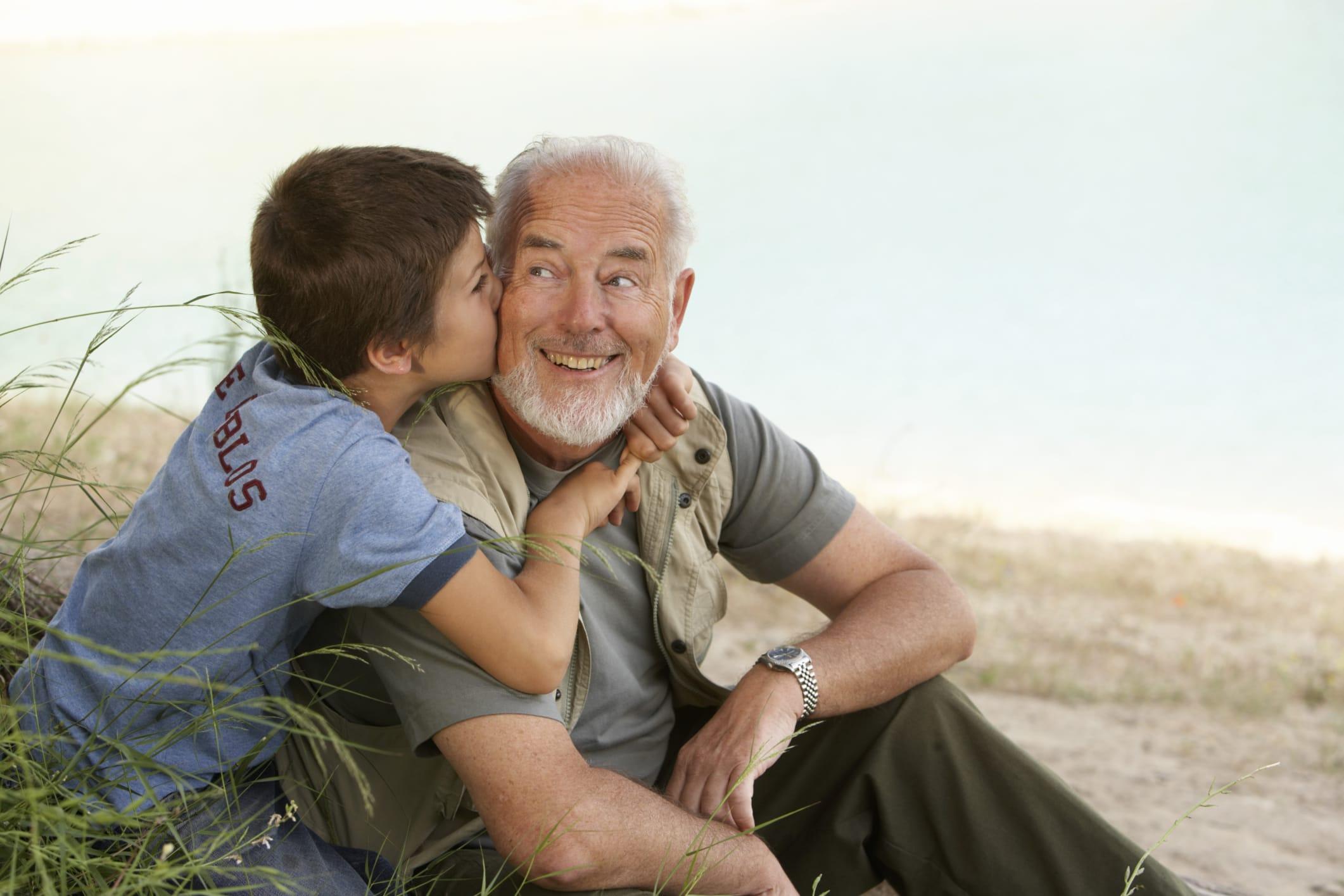 Benedetti i nonni, sostengono milioni di famiglie. Altro che peso, sono un vero welfare parallelo