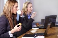 Pranzo in ufficio: mai davanti al pc