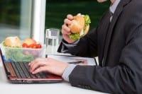 Una brutta abitudine per la salute. mangiare davanti al pc