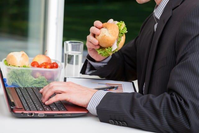 Pausa pranzo in ufficio, mai davanti al computer: si ingrassa e si ha fame molto più presto