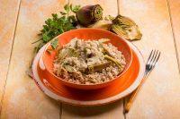 Risotto con i gambi dei carciofi: la ricetta che recupera anche i formaggi avanzati