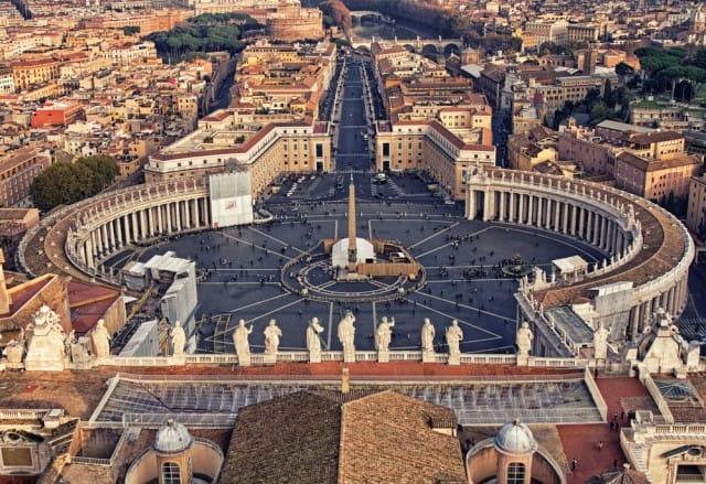 Bagni, docce, il barbiere e una lavanderia: le iniziative del Vaticano per i senzatetto