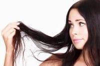 Caduta di capelli, fermatela con i cibi giusti e con una potente lozione al rosmarino