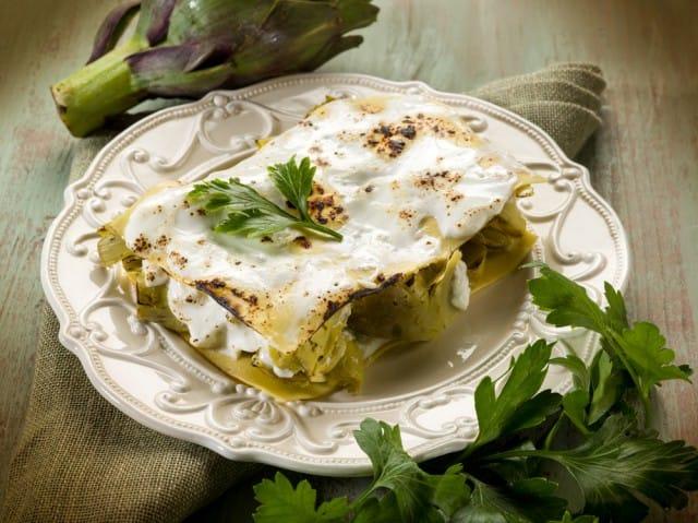 Lasagna vegetariana con funghi: la ricetta che non spreca la parte esterna dei carciofi