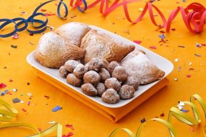 Dolci di carnevale: castagnole e ravioli con ripieno di ricotta e cannella