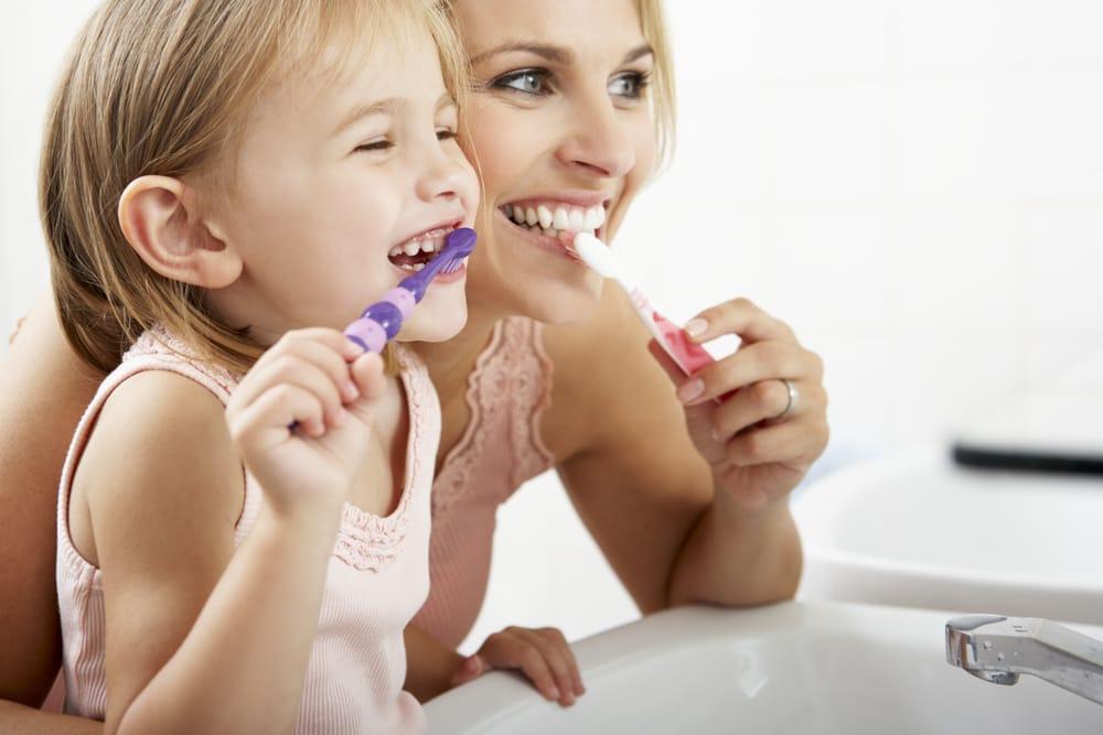 come insegnare ai bambini a lavarsi i denti