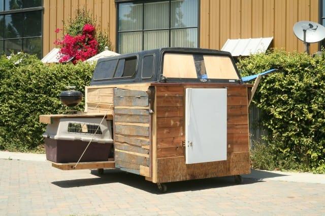 Da rifiuti a case per i senzatetto: il progetto sostenibile e solidale di Gregory Kloehn